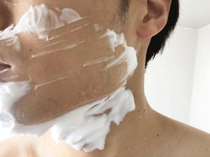 シェービングクリーム ひげ剃り中